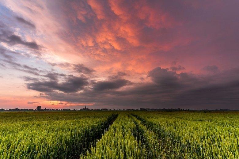 Powerful - Een bijzondere lucht tijdens zonsondergang na het overtrekken van een onweersbui.