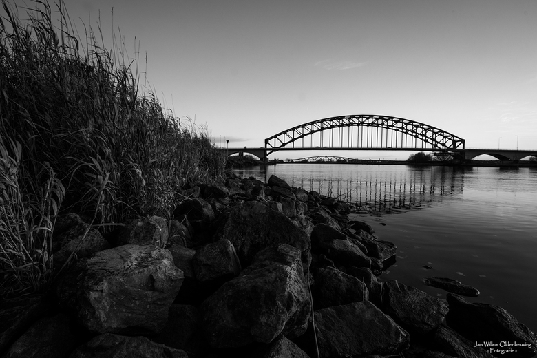 Ijsselbrug & Hanzeboog in black and white - Zwart/Wit versie van de Ijsselbrug en daar achter de Hanzeboog.