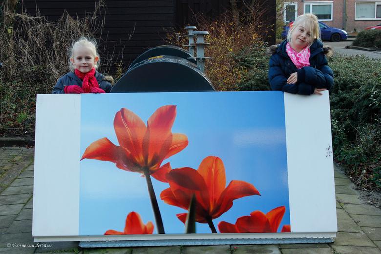 Even een indruk van grootte.. - Om jullie even een indruk te geven hoe groot de foto's zijn staan hier 2 van mijn oppaskinderen er even bij. Die