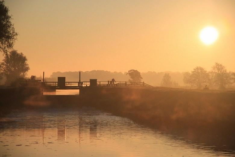 Hollandse Zonsopgang - Zonsopgang van een beginnende herfstdag!<br /> In een prachtige mist.... bij de sluis van het Waterschap Groot Salland tussen