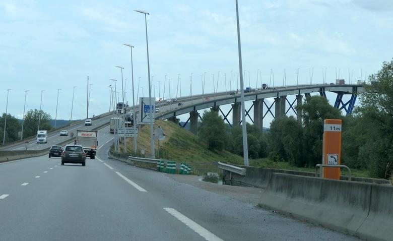 Pont de Normandie - Le Pont de Normandie gaat over de Seine bij Le Havre en lijkt als je aan komt rijden heel hoog, maar eenmaal op de brug merk je er