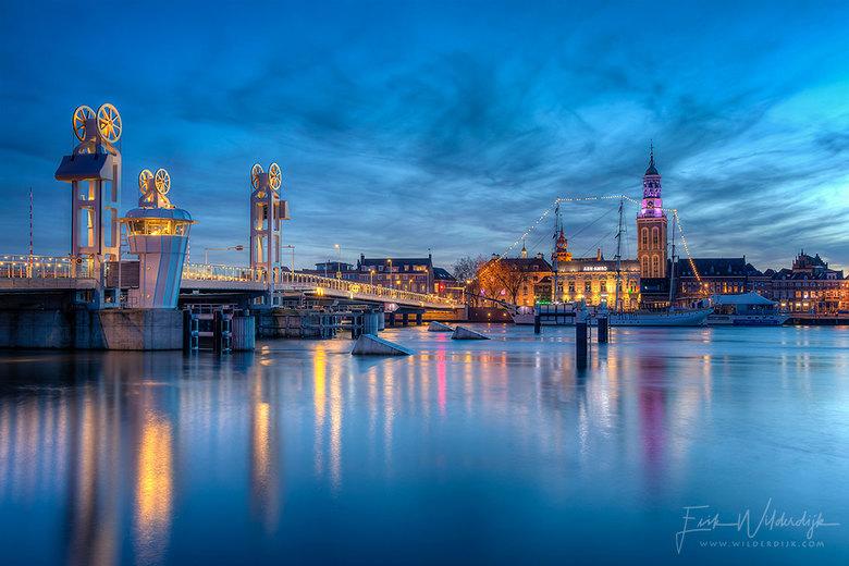 Kampen - Het stadsfront van Kampen (misschien wel het meest fotogenieke stadsfront in Nederland) in het blauwe uur