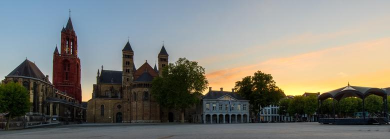 Verlaten Vrijthof in Maastricht - Een rustige avond op een normaal gesproken gezellig druk plein. Het Vrijthof in hartje Maastricht