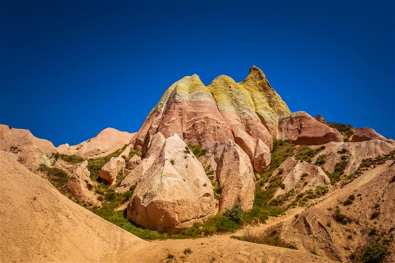 Cappadocia Colored Mountain - Deze foto is gemaakt in de Rozen Vallei in Cappadocia in Turkije. De bijzondere kleuren van het gesteente steken prachti