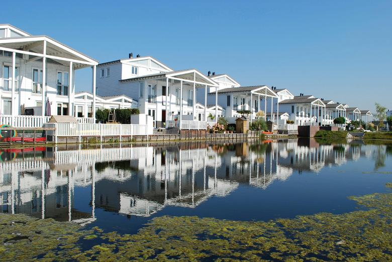 Huizen in volle zon ! - Ik heb de foto gemaakt bij &quot;De Grote Wielen&quot;, de weerspiegeling vind ik goed gecombineerd met de kleuren-balans !<br