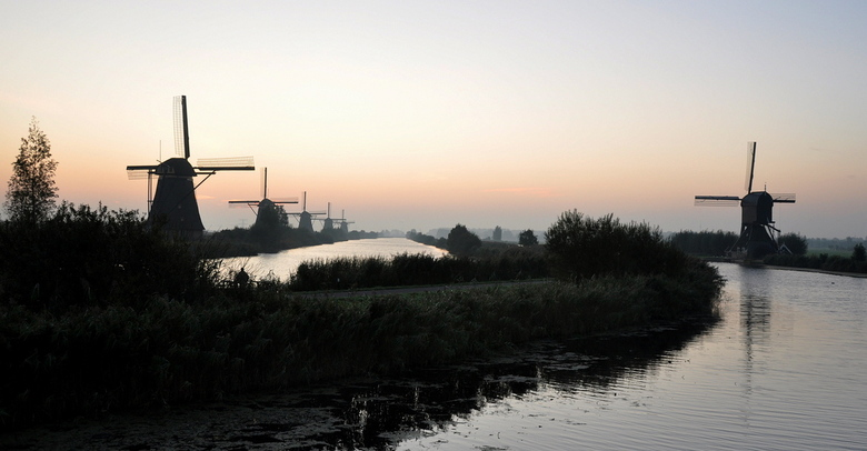 Molens Kinderdijk - Vanmorgen vroeg weer naar een van de mooiste fotoplekjes van Nederland geweest.<br /> Geen volledig morgenrood, maar toch de moei