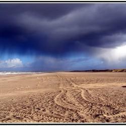 Zandsporen op het strand