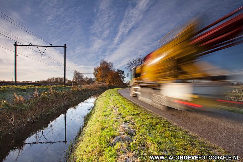 Flitsend transport. - Onderweg naar bouwplaats! Genomen op 20 november 2013 in Rouveen (Overijssel)