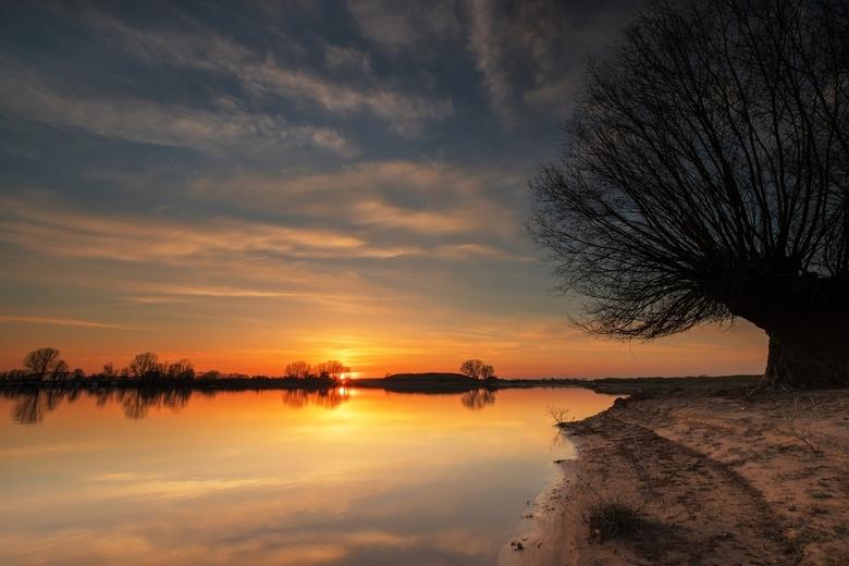 Licht, lucht en water - Rust en schoonheid in een wereld in crisis<br /> 24-03-2020<br /> Zonsondergang Loowaard<br /> Exposure stack f/16, iso 400