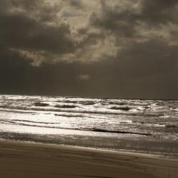 Zon, donkere wolken en zee... heerlijk