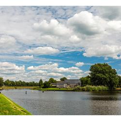 Mooie wolken boven het kanaal.