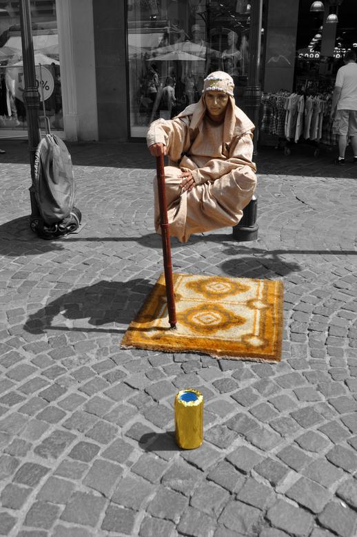 De Gouden Zwever - Zwevende man in de straten van Trier, Duitsland.