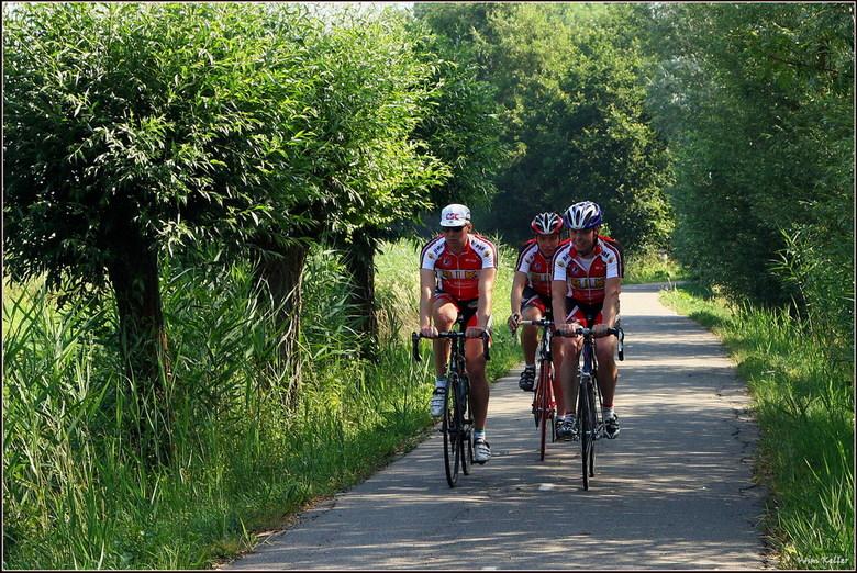 Verdwaald? - Deze wielrenners kwam ik tegen in de Loet, ik vond het wel grappig zo tijdens de tour de France.