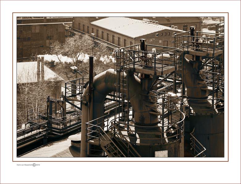 Duisburg 55 - Nog even geen strakke lijnen en spiegelende kantoor panden,druk met andere zaken dus nog even in de zware industrie.