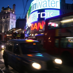 Taxi op Piccadilly Circus (London)