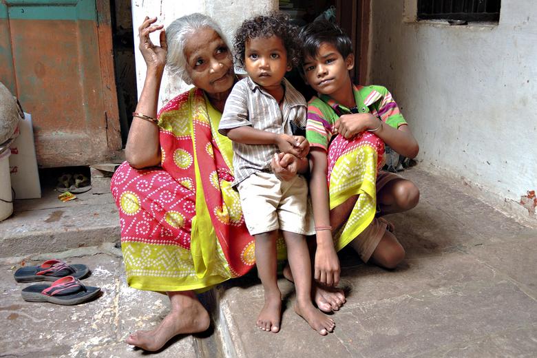 Schoenen uit Nr 14 - Oma met twee kleinkinderen.<br />