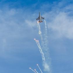 Airshow Texel  F16 met flares