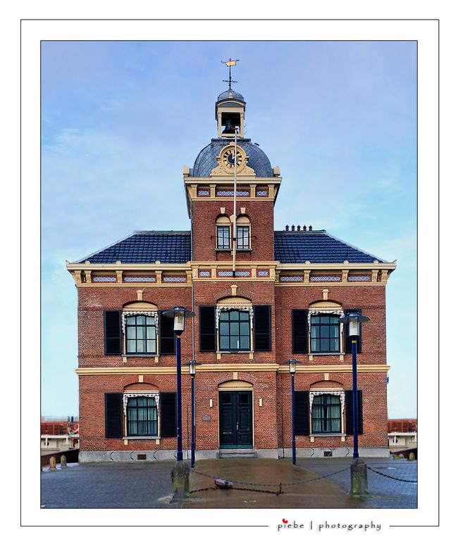 Harlingen 4 - It Havenmantsje,<br /> <br /> Op de plaats waar voorheen de Leeuwenburg( gebouw van de Friese Adminraliteit) stond,<br />  verrees in