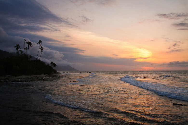 Zonsondergang in Venezuela - Zonsondergang in Venezuela. Rechts de Caribische zee, links het prachtige regenwoud van Henri Pittier Nationaal Park.