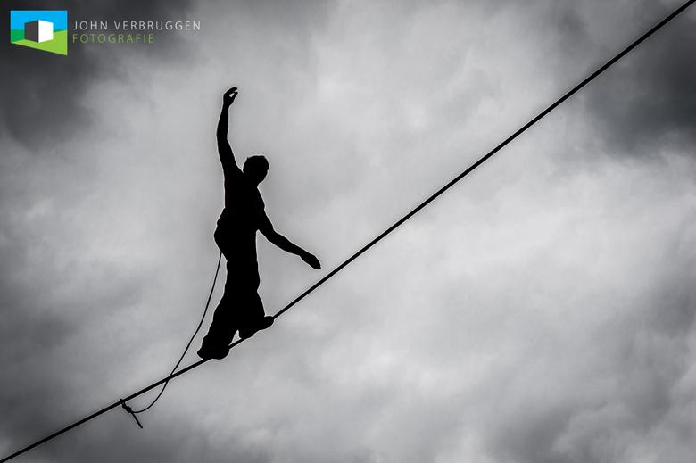 Koorddanser - Veel respect voor deze koorddanser die in het Landschaftspark Duisburg op zo'n 60 meter met harde wind op dit koord balanseerde!