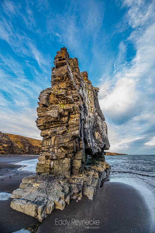 HVITSERKUR - Hvítserkur, ook wel bekend als de Trol van Noordwest-IJsland, is een 15 m hoge basaltgesteentestapel die uit de baai van Húnaflói steekt.