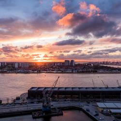 Een waaier aan kleur boven de Antwerpse haven