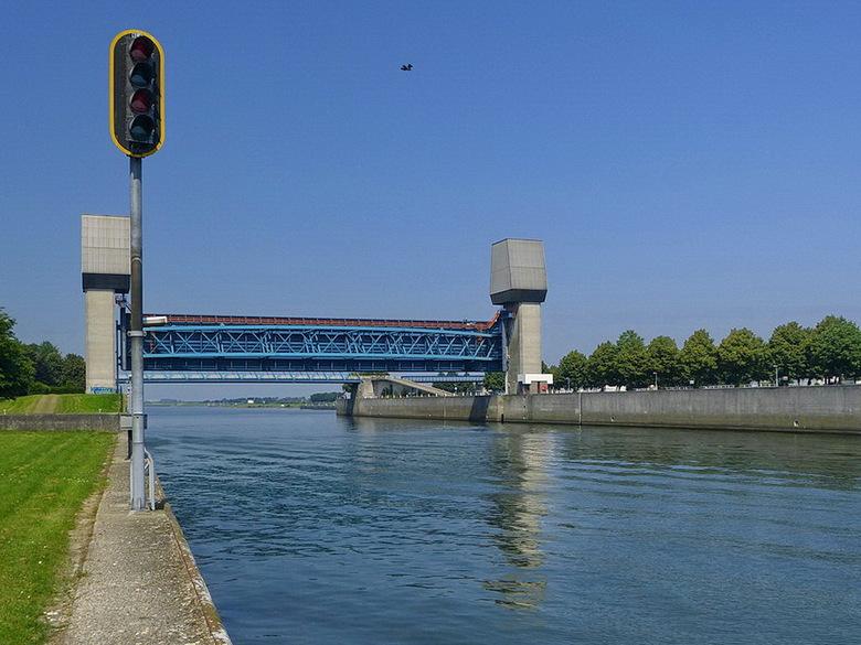 Amsterdam Rijnkanaal en omgeving 433. - Dit is een keersluis in het Amsterdam Rijnkanaal van de Prinses Marijkesluizen een sluizencomplex bij Rijswijk