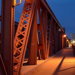 Oude stalen brug