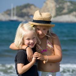 Blije zusjes op vakantie