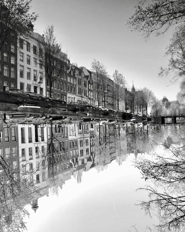 Waterworld Amsterdam - Een perfect stille gracht, een perfecte spiegel. Wat is onder...wat is boven?