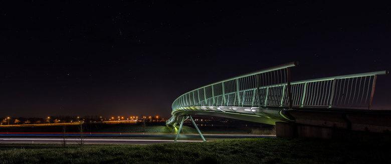 Park van Luna brug - Voetgangers- en fietsersbrug in het Park van Luna met een winterse sterrenhemel. Het sterrenbeeld Orion zichtbaar in de hemel.<br
