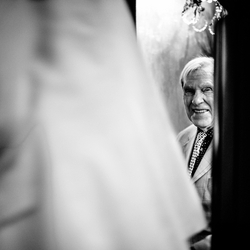 Papa ziet zijn dochter op haar trouwdag