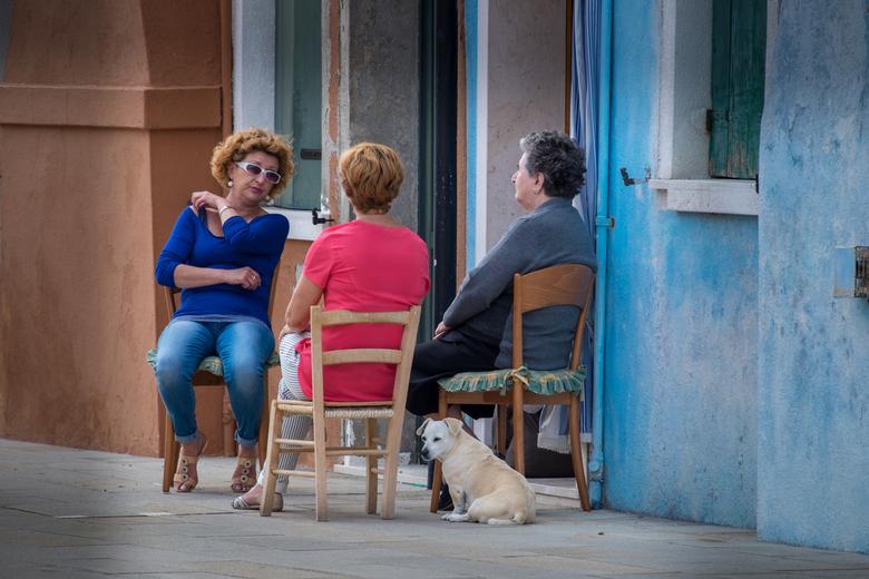 Kleurrijk Burano 02 - Ook de bevolking van Burano kleurt mooi bij de omgeving.