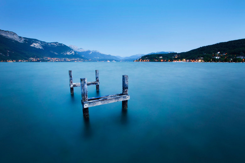 Docked In Time - Het meer van Annecy, Frankrijk<br /> <br /> meer, annecy, frankrijk, mist, bergen, bergmeer, abstract, silhouette, zwartwit, zwart