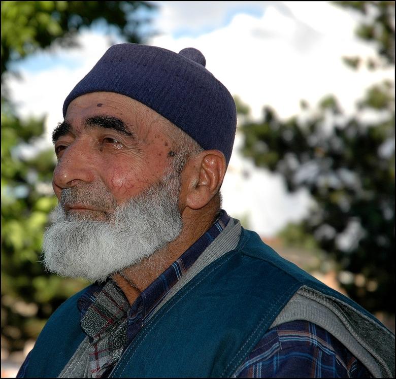 Ontroerd - Ik liep deze vriendelijke, oude man tegen het lijf in een mooi park ergens in de Turkse stad Konya. Hij zat op op zijn gemak op een bankje