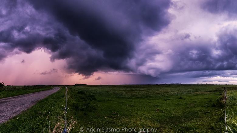 Een flinke onweersbui boven het Lauwersmeer