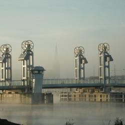 de stadsbrug met bovenkerk