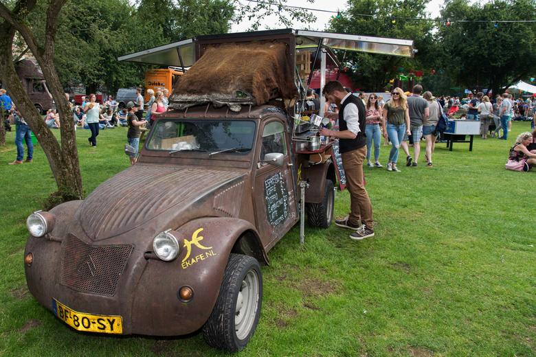 Tolle ente Espresso  - Een oude eend omgebouwd tot een foodtruck met een espressobar op het Achterhoeks foodtruck festival bij Markant outdoor centrum