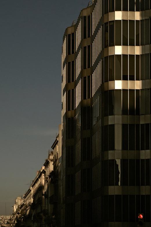Barcelona - Barcelona,is een creatieve stad, maar ook van staal/glas architectuur aan een zijstraat van de Rambla kan ik genieten als er een laagstaan