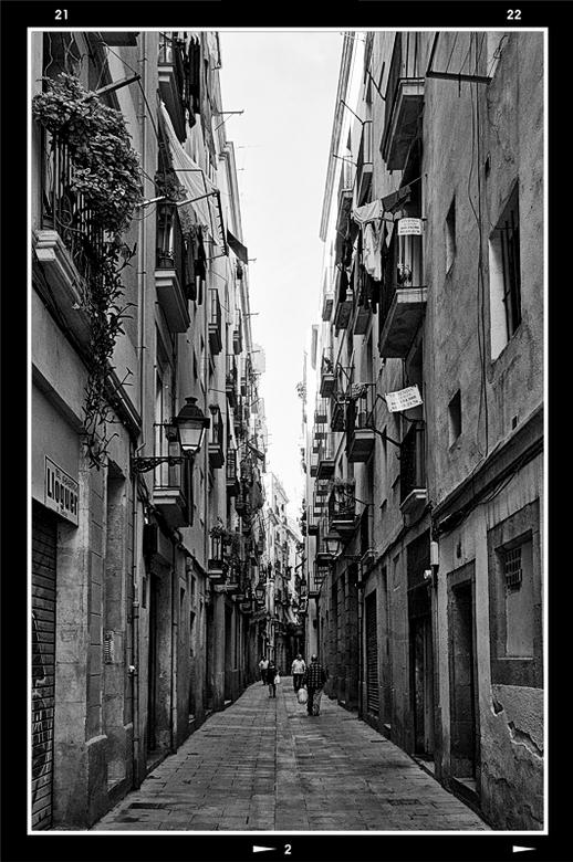 Barcelona 2012-05 - Wat mij vooral aan Barcelona trekt zijn de heerlijke smalle oude gezellige straatjes. Je kunt er heerlijk rondstruinen en je ogen