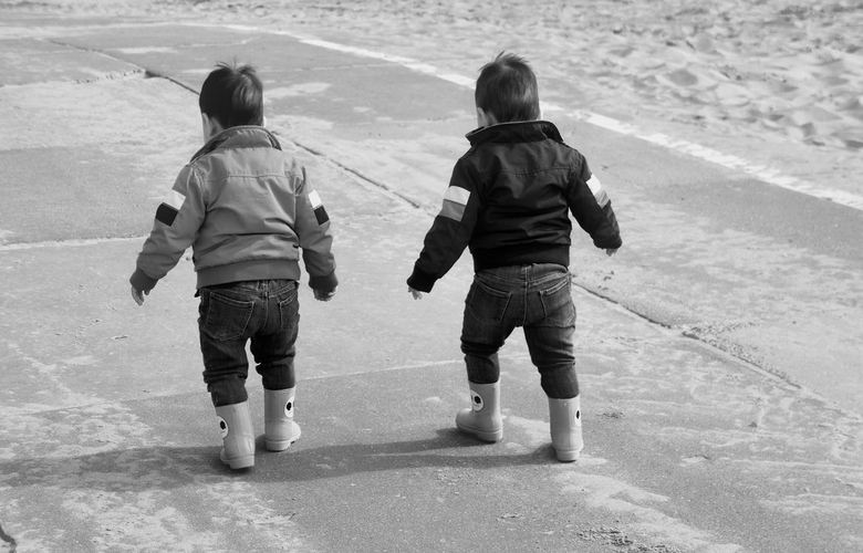 Broertjes aan het wandelen in Noordwijk aan Zee -