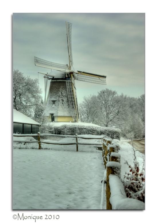 Witte molen - Dit is dezelfde molen die ik in zomerse staat ook al eens ge-upload heb. Deze keer in de sneeuw. Het is een HDR, gemaakt met -1, 0 en +1