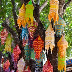 Gekleurde Lampionnen in de boom Turkij Kusadasi