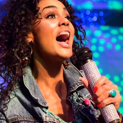 Chimène tijdens optreden met LUV