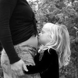 meisje kust zwangere buik