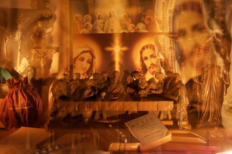 Mystiek in het geloof - Laatste avondmaal in tafereel van religieuze items. Op statief in stikke donker gefotografeerd bij kaarslicht. GEEN PHOTOSHOP