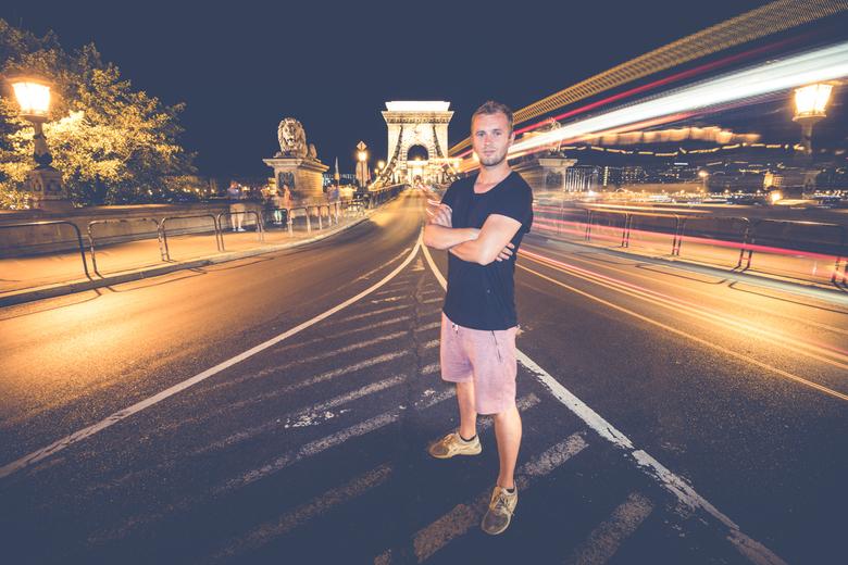 Selfie  - Selfie bij de kettingbrug in Budapest. Geflitst op het 2e gordijn om mijzelf te bevriezen.