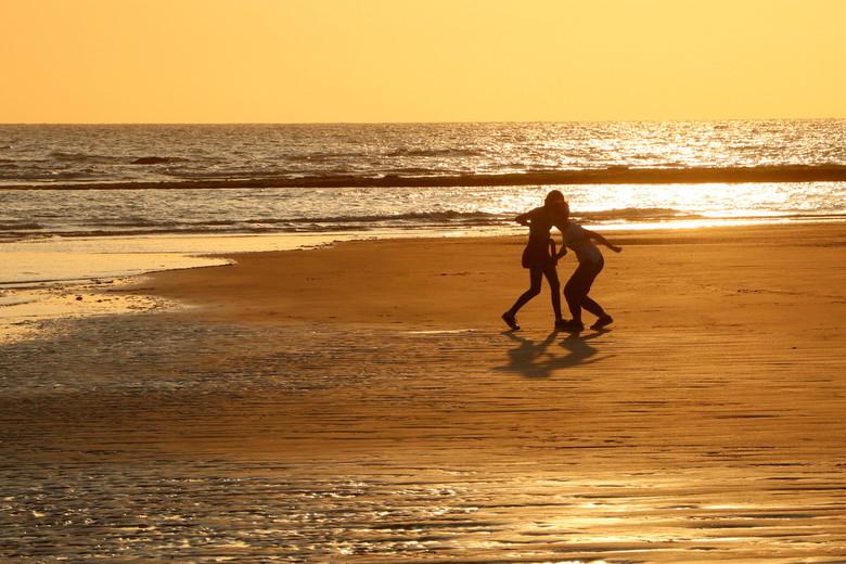 spelende kinderen  - kinderen op het strand van ambleteuse,opaalkust