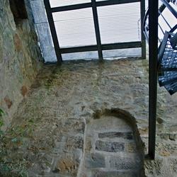 Een oude dicht gemetselde deuropening.