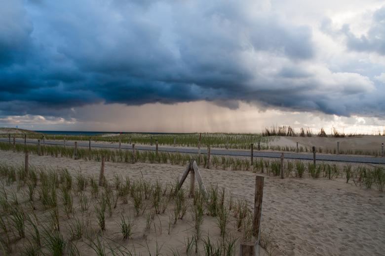 IMG_1220 - Een mooie regenbui te zien op het strand van Petten